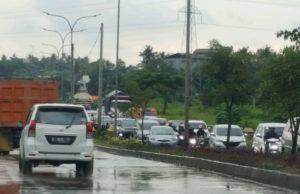 Kondisi lalu lintas kendaraan di salah satu ruas sekitar jembatan di JLS Cilegon. (Foto : Gilang)