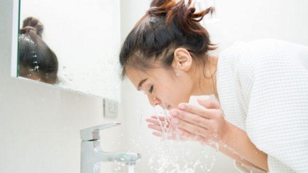 tips menjaga kulit cantik membersihkan wajah